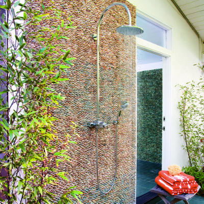 Outdoorshowers-pebblewall-ss-l
